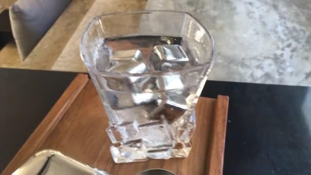 Kühles Wassergetränk mit Eiswürfel aus Edelstahl, Archivmaterial