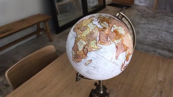 Retro globe položka zdobené v obývacím pokoji, stock záběry