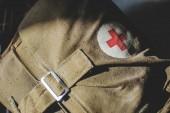 Fényképek Katonai elsősegély kit a tárolóban. Orvosi Vöröskereszt előjel a zöld táska