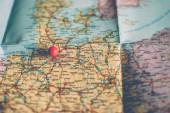 Fotografie Detailní cestovní cestovní mapu v retro barvách ročníku. Země a města západní Evropy na mapě. Červený připínáček označení Hamburg, Německo