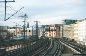 Berlín, Německo – 16. ledna 2018: Podzemní dráhy (metra) železnice a domy na pozadí