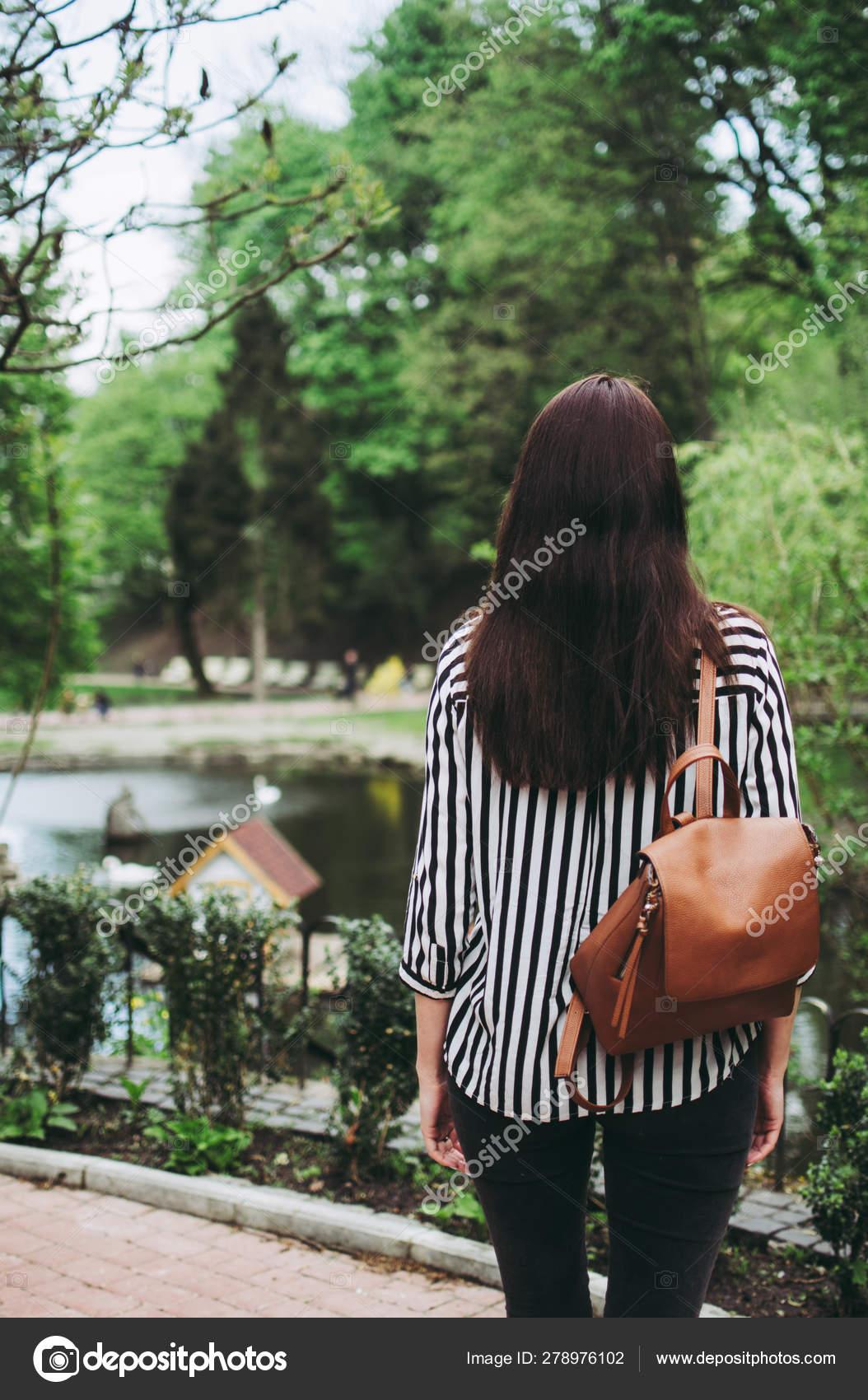 separation shoes 10426 6f78d Ragazza con una camicia bianca e nera a righe con una borsa ...