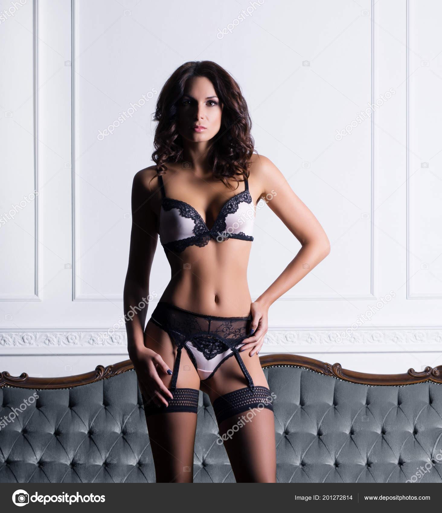 ae52891301 Sexy Bella Mujer Lencería Erótica Las Medias Posando Sobre Sofá — Foto de  Stock