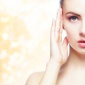 Fotografie Portrét mladé, přirozené a zdravé ženy žluté podzimní pozadí. Zdravotnictví, lázně, make-up a obličeje zvedání koncept