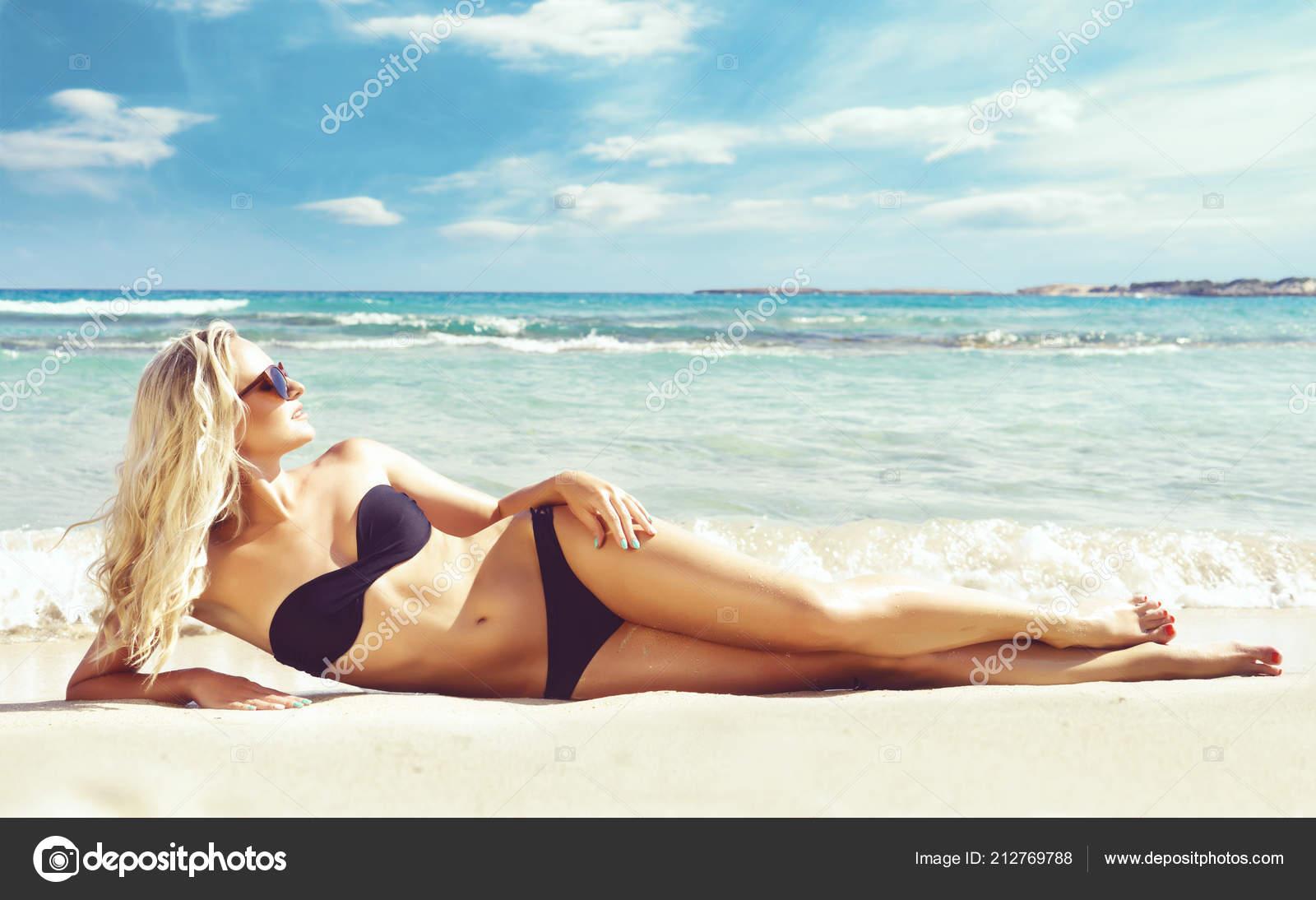 7932f54664 Beautiful Woman Black Swimsuit Young Sporty Girl Posing Beach Summer —  Stock Photo