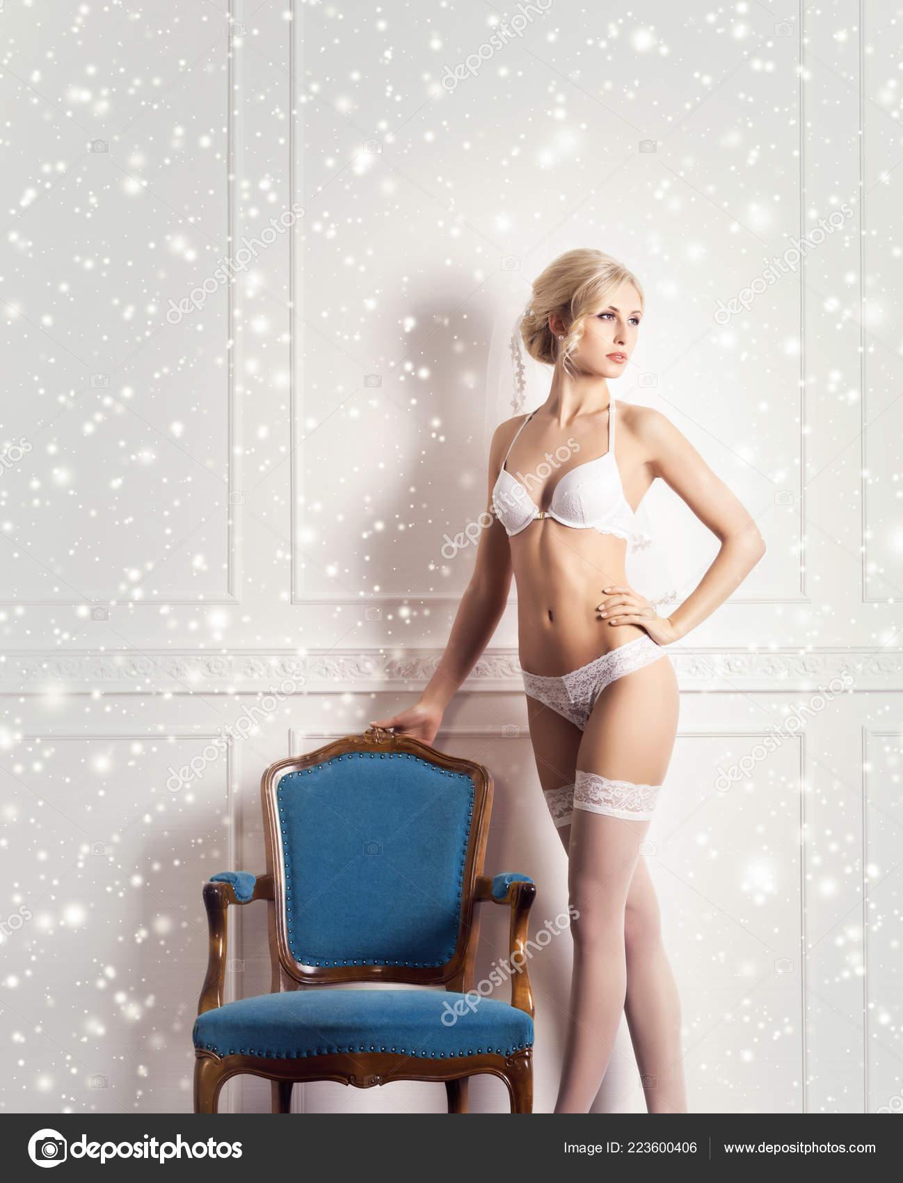 15a3818e8 Jovem Mulher Sexy Lingerie Branca Modelo Posando Interior Vindima Cuecas —  Fotografia de Stock