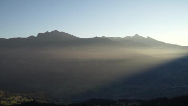 Krásný východ slunce v Alpách. Alpské vrcholy krajinné pozadí. Jungfrau, Bernese highland. Alpy, Turistika, cesty a dobrodružné turistiky konceptu