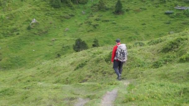 Turista cestuje v Alpách. Alpské vrcholy krajinné pozadí. Jungfrau, Bernese highland. Sport, Turistika, cesty a turistické koncepce.