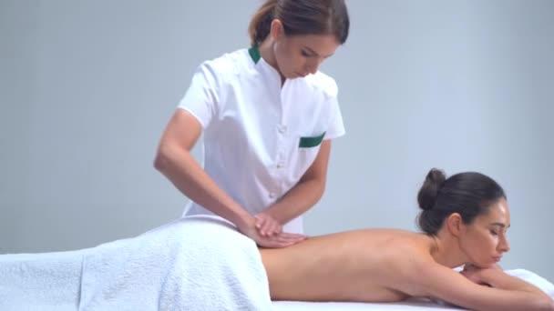 Mladá žena v lázních. Tradiční léčitelství a masážní procedury. Zdraví, pleť péče, masáže, osteopatie a rekreace koncept