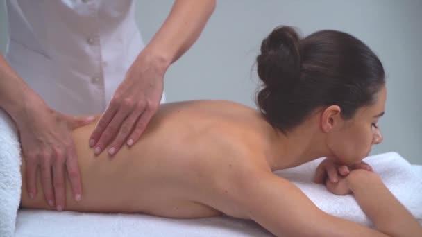 Fiatal nő spa-ban. Hagyományos gyógyító terápiát és masszázs kezelések. Egészség, bőr ellátás, masszázs, csontkovácsolás és a rekreáció fogalma.