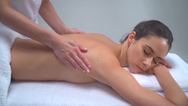 junge Frau im Kurort. traditionelle Heiltherapie und Massagen. Gesundheit, Hautpflege, Massage, Osteopathie und Erholungskonzept.