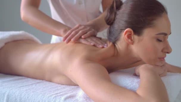 Mladá žena v lázních. Tradiční léčitelství a masážní procedury. Zdraví, pleť péče, masáže, osteopatie a rekreace koncept.