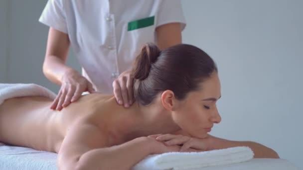 Mladá žena v lázních. Tradiční léčitelství a masážní procedury. Zdraví, kosmetika, masáže, osteopatie a rekreace.
