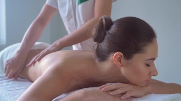junge Frau im Kurort. traditionelle Heiltherapie und Massagen. Gesundheit, Hautpflege, Massage, Osteopathie und Erholung.