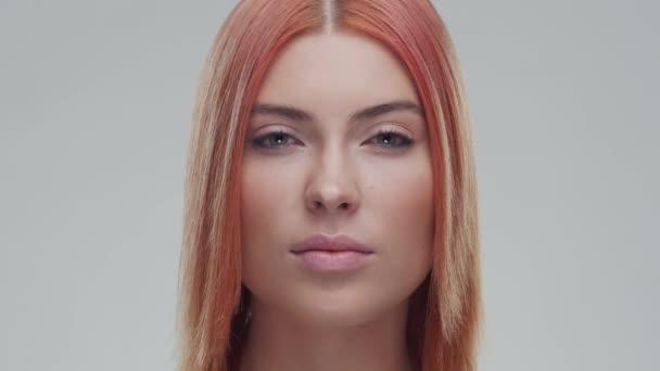 Studio portrét mladé, krásné a přírodní zrzky ženy. Zvedání obličeje, kosmetika a koncept make-upu.