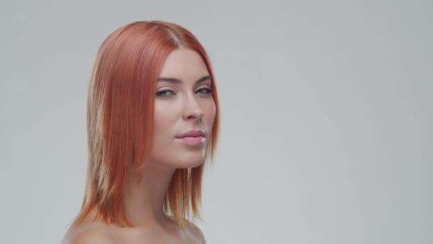 Stúdió portré fiatal, gyönyörű és természetes vörös nő. Arcfelvarrás, kozmetikumok és smink.