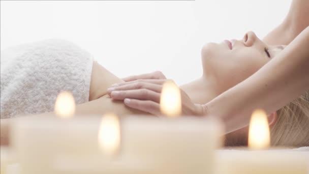 Fiatal, gyönyörű és egészséges nő a spa szalonban. Hagyományos thai masszázs terápia és bőrápolás.