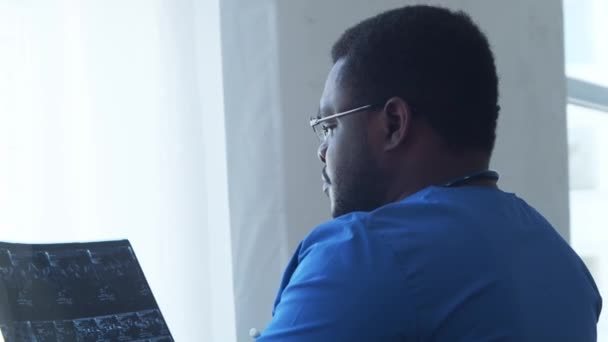 Professioneller afrikanisch-amerikanischer Arzt, der im Krankenhausbüro arbeitet. Medizin und Gesundheitskonzept.
