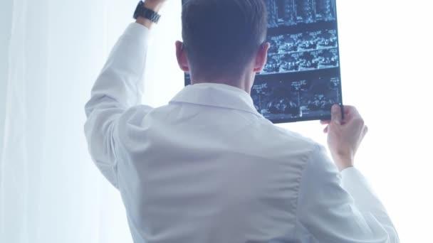 Professioneller Arzt, der im Krankenhaus arbeitet und moderne Technologien einsetzt. Medizin und Gesundheitskonzept.