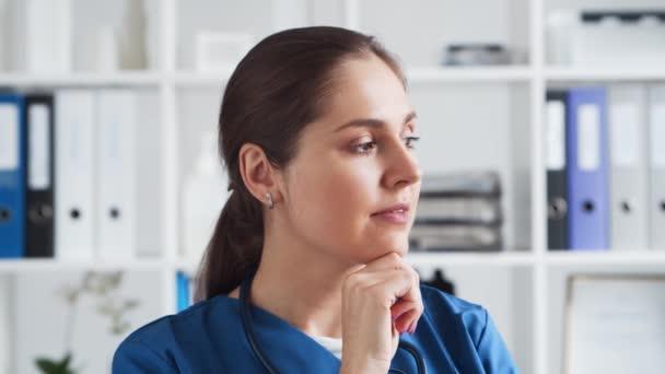 Berufsärztin in der Krankenhauspraxis, Porträt einer jungen und attraktiven Ärztin.