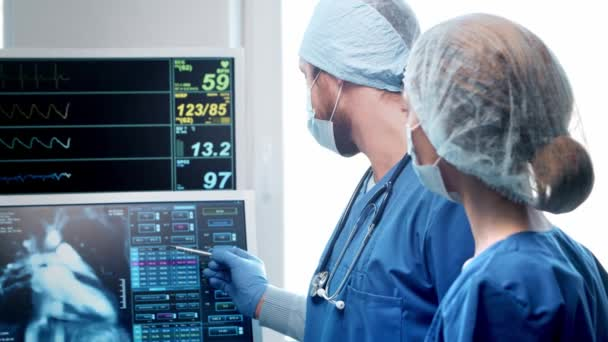 Fachärzte für Notfallmedizin. Porträt des Chirurgen und der Krankenschwester in Schutzmasken.