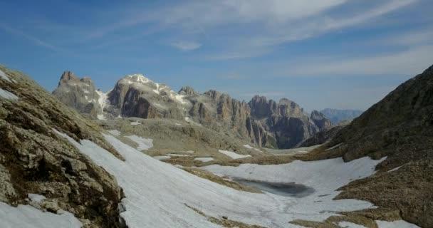 Malebný panoramatický výhled na dolomitské hory, Itálie