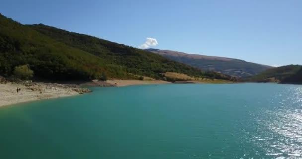 malerischer Blick auf den Fiastra-See in der Region Marken, Italien