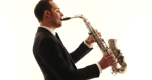 Szaxofon játékos az ember izolált fekete háttér. Teljes BOD