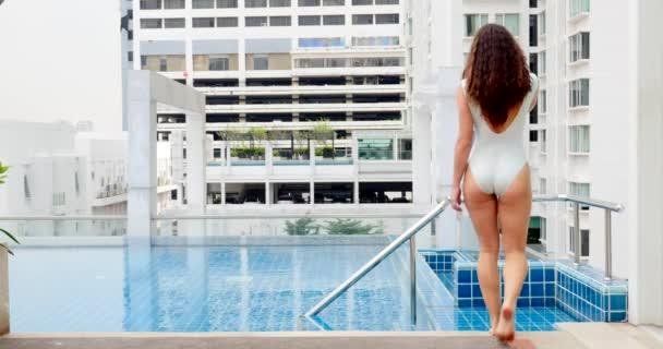 Smyslová žena portrét s relaxační plaveckým bazénem v Bangkoku, Thajsko.