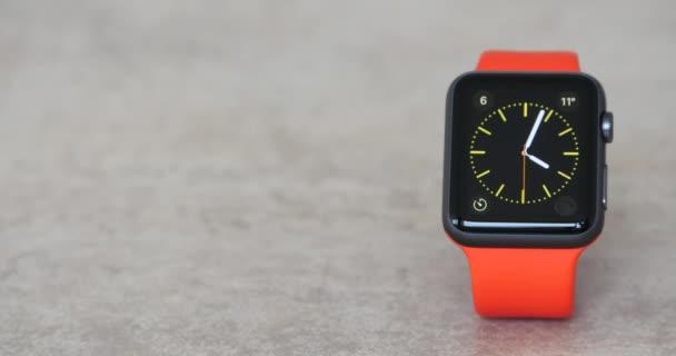 Venice, Olaszország - 2016. február 6.: Apple Watch sport az asztalra. Apple Watch egy smartwatch fejlett mellett Alma Inc, egységbe rendezett-val ios Apple termékek és egyéb szolgáltatások.