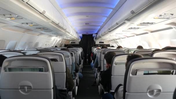 záběry salonu letadel s cestujícími