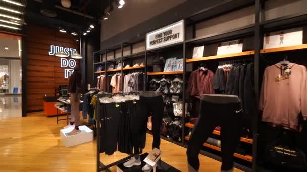 DUBAI - Říjen, 2018: Nike obchod uvnitř Dubai Mall. Nike je jedním z největších světových dodavatelů sportovní obuvi a oděvů. Společnost byla založena 25. ledna 1964.
