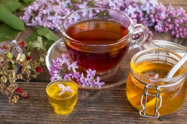"""Картина, постер, плакат, фотообои """"банка ароматного цветочного меда. мед сохранился и лиловые цветы. чашка черного чая . тюльпаны ретро"""", артикул 274616994"""