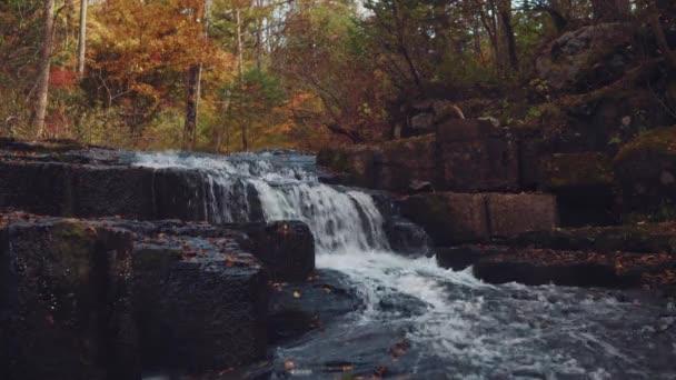 vodopád v podzimním lese