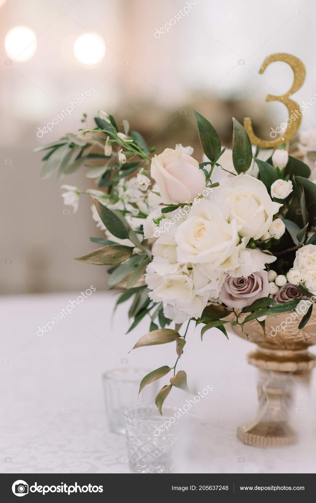 Dekoration Der Festtafel Bei Einer Hochzeit Mit Blumen In