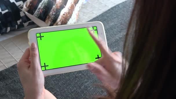Mladá Japonka v ložnici doma s digitálním tabletu pro internetové stránky a sociální média. Asijská dívka pomocí monitoru počítače ipad pro e-mail. Lidé a zelené technologie obrazovky