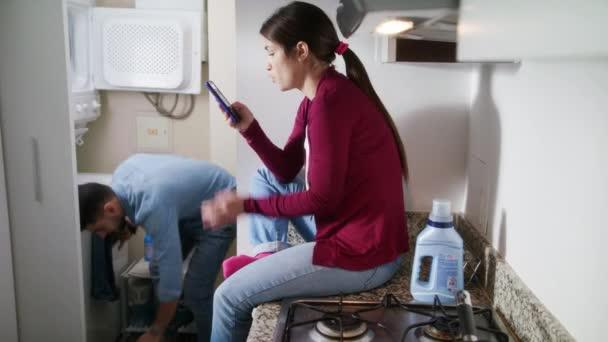 Mann und Frau beim Wäschewaschen