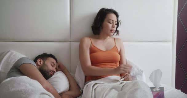Junge Frau niesen für kalt im Bett mit Mann