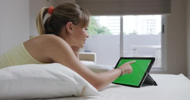 Fiatal nő film a Laptop számítógép