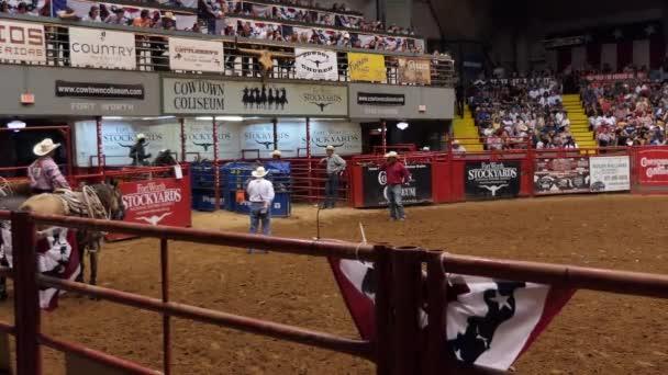 Fort Worth, Texas, Usa - červenec 2018: Americký kovboj telete slaňování nebo tie dolů slaňování na rodeo v Cowtown Kolosea, arena v dvorce z Forth Worth, Texas, Spojené státy americké. Černoch a zvířat na výstavě
