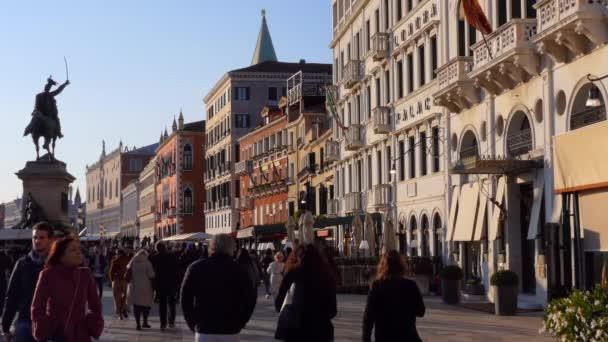 Benátky, Itálie - listopad 2018: Pohled z Riva degli Schiavoni v Benátkách, město se starými budovami, památky, dav. Cestování a italské Městská krajina v Venezia Mestre, Italia s lidmi na návštěvě