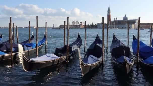 Gondolák, Velence, Olaszország, a város régi épületek, hajók, víz látványa csatornák. Utazás és az olasz városi táj Venezia, Italia, Isola di San Giorgio Maggiore háttér