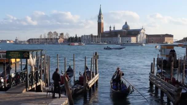 Benátky, Itálie - listopad 2018: Pohled na gondole v Benátkách, město se starými budovami, lodě, vodní kanály. Cestování a italské Městská krajina v Venezia Mestre, Italia s Isola di San Giorgio Maggiore v pozadí