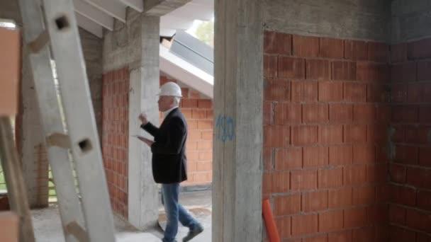 Handelsvertreter im Gespräch mit Kunden im neuen Gebäude. Mann arbeitet als Makler in Baustelle mit Kunden. Immobilien Makler zeigen Heimat Lesben. Homosexuelle Frauen als Käufer des neuen Hauses