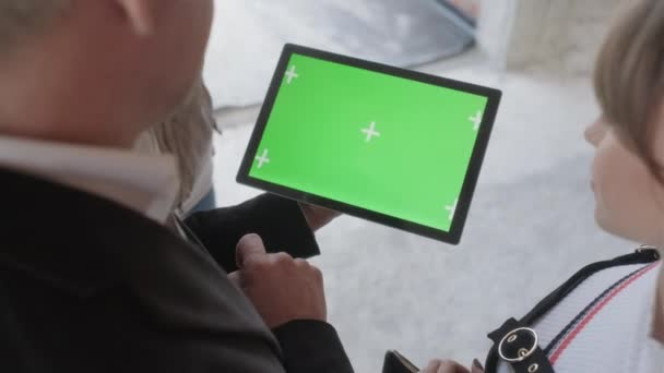 Értékesítési ügynök ipad tartó új épület. Az ember dolgozik, mint az építkezés ingatlanügynök digitális tábla idegen rádióadást figyel. Ingatlan közvetítő bemutatás green screen internetes honlapján a