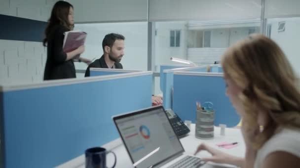 Riunione di colleghi felici e ne per affari In uno spazio di Coworking
