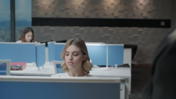 Donne che lavorano In Coworking ufficio e sale riunioni per Business
