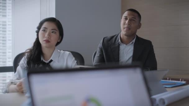 Teamarbeit mit jungen asiatischen Geschäftsfrau und schwarze Geschäftsmann arbeiten