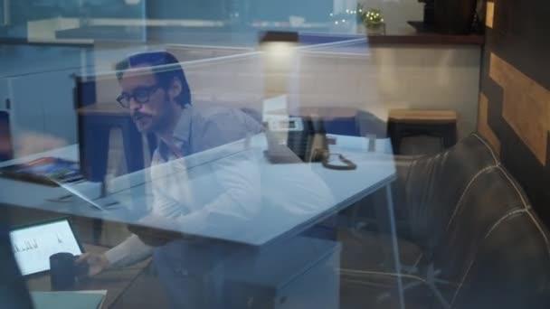 Mladých mužů správce pracující v moderní kanceláři jídelna a setkání asistentkou. Rušné obchodní muž a žena v práci stavební firmy coworking Lounge. Tým podnikatel a podnikatelka