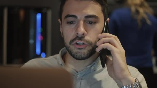 Mladí obchodní muž pracuje v kavárně moderní kancelář. Latino podnikatel s počítačem výkonný pracovišti. Zaneprázdněn hispánský správce s přenosný počítač v práci. Koncepce práce a povolání
